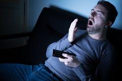 Πορτρέτο του ατόμου που χασμουριέται και που προσέχει τη TV στοκ φωτογραφία με δικαίωμα ελεύθερης χρήσης