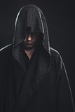 Πορτρέτο του ατόμου σε μια μαύρη τήβεννο Στοκ Εικόνες