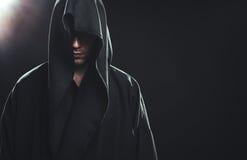 Πορτρέτο του ατόμου σε μια μαύρη τήβεννο Στοκ εικόνα με δικαίωμα ελεύθερης χρήσης