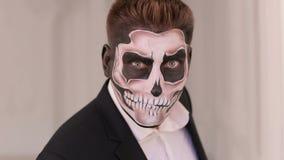Πορτρέτο του ατόμου στο κοστούμι με τη σύνθεση κρανίων αποκριών που παρουσιάζει συγκινήσεις του απόθεμα βίντεο