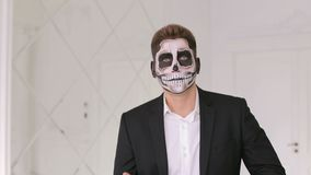 Πορτρέτο του ατόμου στο κοστούμι με τη σύνθεση κρανίων αποκριών που παρουσιάζει συγκινήσεις του διάβολος φιλμ μικρού μήκους