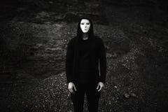Πορτρέτο του ατόμου στο μαύρο hoodie που φορά την άσπρη ανώνυμη μάσκα στοκ φωτογραφία