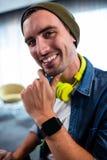 Πορτρέτο του ατόμου hipster που χαμογελά στη κάμερα εργαζόμενου στο γραφείο υπολογιστών Στοκ Φωτογραφίες