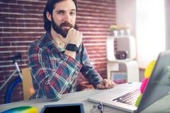 Πορτρέτο του βέβαιου επιχειρηματία με τη γραφική ταμπλέτα και το lap-top Στοκ Φωτογραφία