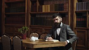 Πορτρέτο του βιβλίου ανάγνωσης ατόμων στη βιβλιοθήκη στον παλαιό ξύλινο πίνακα στο αρχαίο ύφος στο γραφείο βιβλιοθηκών Ευφυή άτομ απόθεμα βίντεο