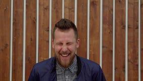 Πορτρέτο του γελώντας νεαρού άνδρα που στέκεται υπαίθρια, μέσος πυροβολισμός απόθεμα βίντεο