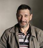 Πορτρέτο του γενειοφόρου ατόμου με το χλευασμό του προσώπου Στοκ Φωτογραφίες