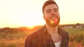 Πορτρέτο του γενειοφόρου ατόμου στο υπόβαθρο ηλιοβασιλέματος απόθεμα βίντεο