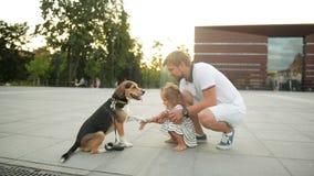 Πορτρέτο του γενειοφόρου πατέρα και της κόρης του κατά τη διάρκεια του ηλιοβασιλέματος στην πόλη Το σκυλί λαγωνικών δίνει ένα πόδ φιλμ μικρού μήκους