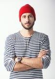 Πορτρέτο του γενειοφόρου τύπου στο ριγωτό πουκάμισο ναυτικών Στοκ Φωτογραφίες