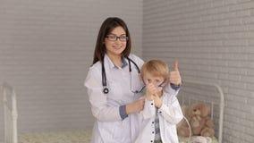 Πορτρέτο του γιατρού και του παιδιού με μια inhaler μάσκα απόθεμα βίντεο