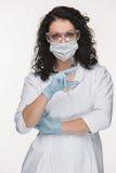 Πορτρέτο του γυναικείου χειρούργου που παρουσιάζει σύριγγα Στοκ εικόνα με δικαίωμα ελεύθερης χρήσης