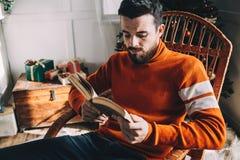 Πορτρέτο του ελκυστικού ατόμου πριν από τα Χριστούγεννα στοκ φωτογραφία με δικαίωμα ελεύθερης χρήσης