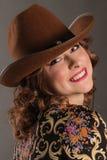 Πορτρέτο του ελκυστικού κοριτσιού με το αγγελικό χαμόγελο στο καπέλο κάουμποϋ Στοκ Φωτογραφίες