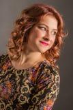 Πορτρέτο του ελκυστικού κοριτσιού με το αγγελικό χαμόγελο Στοκ Εικόνα