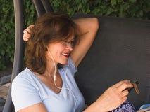 Πορτρέτο του ελκυστικού brunette χαμόγελου με ένα τηλέφωνο Στοκ φωτογραφίες με δικαίωμα ελεύθερης χρήσης