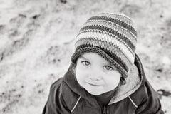 Πορτρέτο του ενός έτους βρέφους μικρών κοριτσιών που φαίνεται ευθέος στη κάμερα στο χειμερινό πάρκο μαύρο λευκό Στοκ Εικόνα