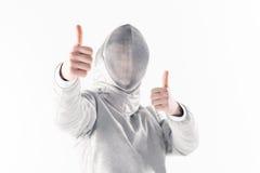 Πορτρέτο του επαγγελματικού ξιφομάχου στην περίφραξη της μάσκας με τους αντίχειρες επάνω Στοκ φωτογραφία με δικαίωμα ελεύθερης χρήσης