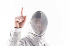 Πορτρέτο του επαγγελματικού ξιφομάχου στην περίφραξη της μάσκας που δείχνει επάνω Στοκ Εικόνα