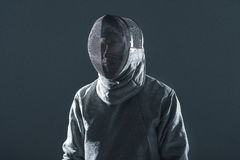 Πορτρέτο του επαγγελματικού ξιφομάχου στη στάση μασκών περίφραξης Στοκ φωτογραφία με δικαίωμα ελεύθερης χρήσης