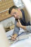 Πορτρέτο του επαγγελματικού ξυλουργού στην εργασία στοκ εικόνες με δικαίωμα ελεύθερης χρήσης