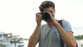 Πορτρέτο του επαγγελματικού φωτογράφου που χρησιμοποιεί τη κάμερα φωτογραφιών του απόθεμα βίντεο