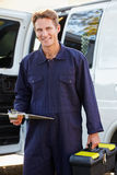 Πορτρέτο του επισκευαστή με το φορτηγό στοκ εικόνα με δικαίωμα ελεύθερης χρήσης