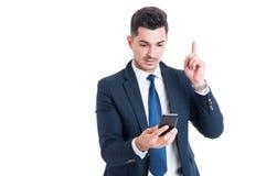 Πορτρέτο του επιχειρηματία που έχει μια ιδέα και που δείχνει το δάχτυλο επάνω Στοκ εικόνες με δικαίωμα ελεύθερης χρήσης