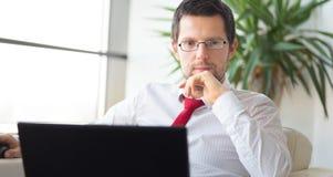 Πορτρέτο του επιχειρηματία που εργάζεται στο φορητό προσωπικό υπολογιστή Στοκ Εικόνες