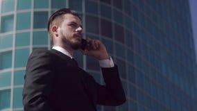 Πορτρέτο του επιχειρησιακού ατόμου που έχει μια σημαντική συνομιλία στο τηλέφωνο απόθεμα βίντεο