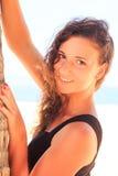 πορτρέτο του λεπτού κοριτσιού στο Μαύρο σχετικά με το φοίνικα ενάντια στον ουρανό Στοκ Εικόνες