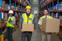 Πορτρέτο του εργαζομένου αποθηκών εμπορευμάτων που στέκεται από κοινού στοκ φωτογραφία