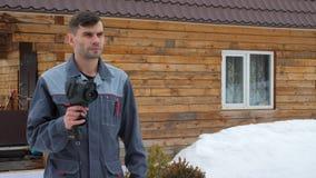 Πορτρέτο του εργαζομένου του σπιτιού που πραγματοποιεί μια επιθεώρηση από θερμικό imager Για να ψάξουν τις απώλειες απόθεμα βίντεο