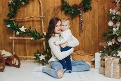Πορτρέτο του ευτυχούς αγοράκι μητέρων και γιων οικολογικός ξύλινος διακοσμήσεων Χριστουγέννων στοκ φωτογραφία