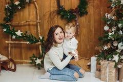 Πορτρέτο του ευτυχούς αγοράκι μητέρων και γιων οικολογικός ξύλινος διακοσμήσεων Χριστουγέννων στοκ φωτογραφία με δικαίωμα ελεύθερης χρήσης