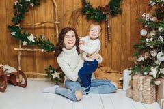 Πορτρέτο του ευτυχούς αγοράκι μητέρων και γιων οικολογικός ξύλινος διακοσμήσεων Χριστουγέννων στοκ φωτογραφίες