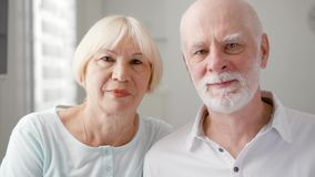 Πορτρέτο του ευτυχούς ανώτερου ζεύγους στο σπίτι Ανώτερο άτομο και η σύζυγός του Ευτυχής οικογένεια που απολαμβάνει το χρόνο από  απόθεμα βίντεο