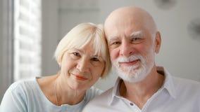 Πορτρέτο του ευτυχούς ανώτερου ζεύγους στο σπίτι συναισθηματική στιγμή Ευτυχής οικογένεια που απολαμβάνει το χρόνο από κοινού στοκ εικόνα