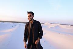 Πορτρέτο του ευτυχούς αραβικού τύπου που θέτει και χαμογελά την εξέταση το camer Στοκ φωτογραφίες με δικαίωμα ελεύθερης χρήσης