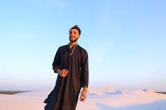 Πορτρέτο του ευτυχούς αραβικού τύπου που θέτει και χαμογελά την εξέταση το camer Στοκ Εικόνες