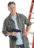 Πορτρέτο του ευτυχούς αρσενικού τρυπανιού εκμετάλλευσης ξυλουργών Στοκ Φωτογραφία