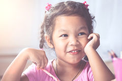 Πορτρέτο του ευτυχούς ασιατικού χαμόγελου κοριτσιών παιδιών Στοκ Εικόνες