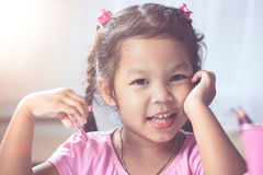 Πορτρέτο του ευτυχούς ασιατικού χαμόγελου κοριτσιών παιδιών Στοκ Φωτογραφία
