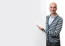 Πορτρέτο του ευτυχούς ατόμου με τον κενό διαφημιστικό πίνακα Στοκ φωτογραφία με δικαίωμα ελεύθερης χρήσης
