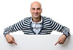 Πορτρέτο του ευτυχούς ατόμου με τον κενό διαφημιστικό πίνακα Στοκ Εικόνες