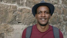 Πορτρέτο του ευτυχούς αφρικανικού ατόμου τουριστών backpacker που χαμογελά και που εξετάζει τη κάμερα Μικτός νέος τύπος φυλών που απόθεμα βίντεο