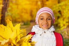 Πορτρέτο του ευτυχούς αφρικανικού κοριτσιού με τη δέσμη φύλλων Στοκ Εικόνες