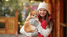 Πορτρέτο του ευτυχούς γελώντας κοριτσιού Καυκάσια εμφάνιση Είναι σκυλί Cutie εκμετάλλευσης απόθεμα βίντεο