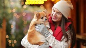 Πορτρέτο του ευτυχούς γελώντας κοριτσιού Καυκάσια εμφάνιση Είναι σκυλί Cutie εκμετάλλευσης φιλμ μικρού μήκους