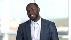Πορτρέτο του ευτυχούς εύθυμου αφρικανικού μαύρου που καλεί σας φιλμ μικρού μήκους